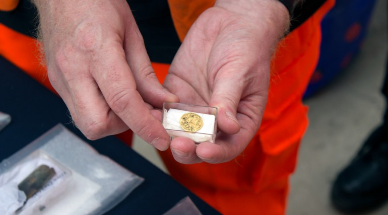 94375_Crossrail Lead Archaeologist Jay Carver holds 16th century gold coin found at Liverpool Street
