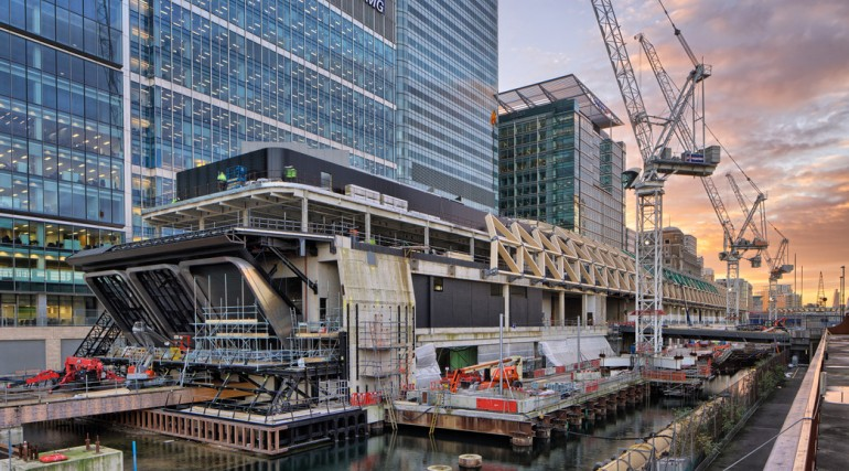 Construction of striking lattice timber roof above Canary Wharf Crossrail station_113318