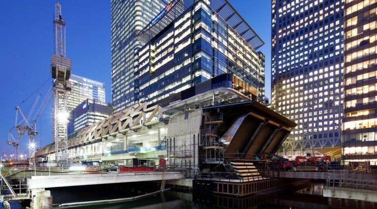 Construction of striking lattice timber roof above Canary Wharf Crossrail station_113332