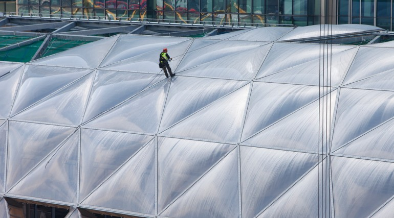 Construction of striking lattice timber roof above Canary Wharf Crossrail station_135061