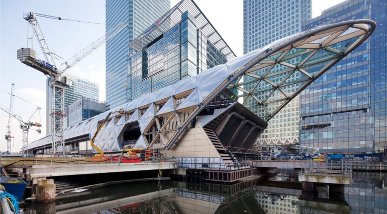 Construction of striking lattice timber roof above Canary Wharf Crossrail station_135266