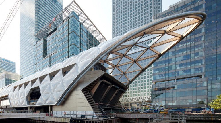 Construction of striking lattice timber roof above Canary Wharf Crossrail station_144105