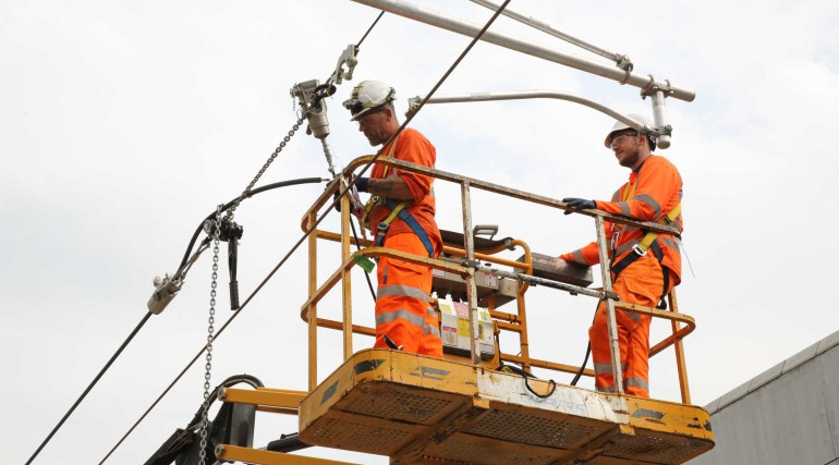 Crossrail Engineers install overhead wiring_279987