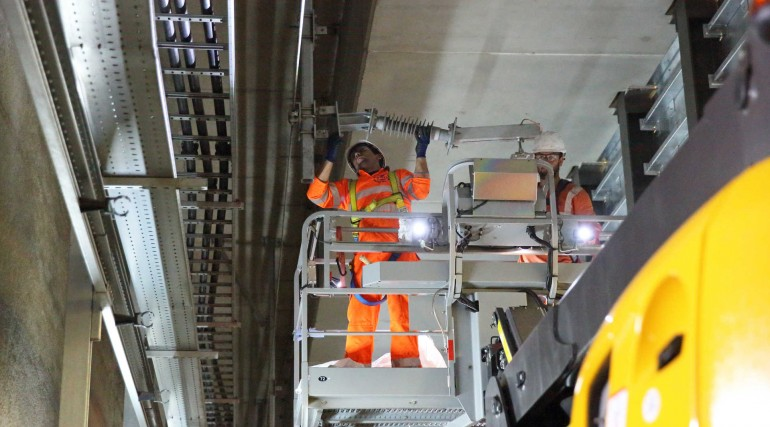 Engineers install overhead wiring through Woolwich station_279982