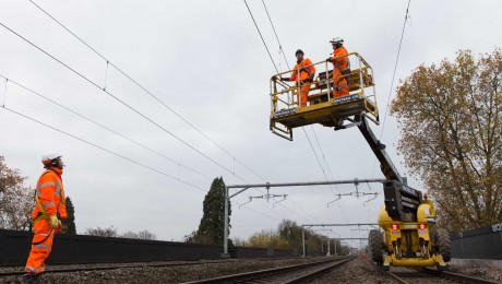 First electric wires for Crossrail programme switched on in Thames Valley