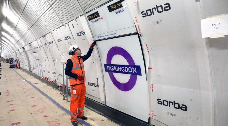 Elizabeth line roundel installed on platform level at Farringdon station_296399