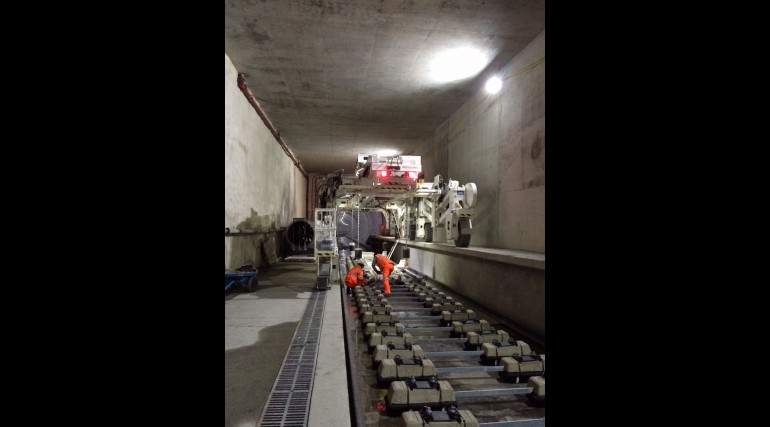 Multi-purpose gantry lifting sleepers into place in Thames Tunnel_212386