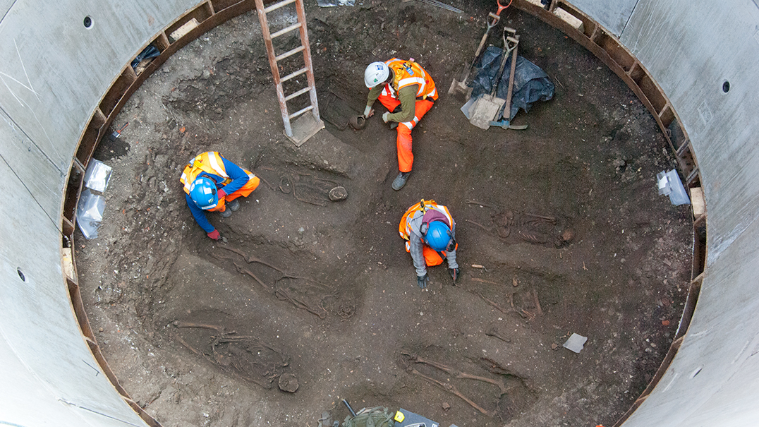 Skeletons of Black Death victims found during construction of Charterhouse Square grout shaft_68218