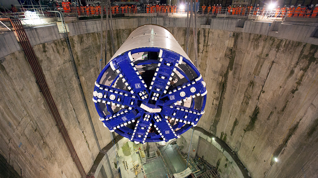 TBM Elizabeth lowered into launch chamber 40 metres below ground_49197